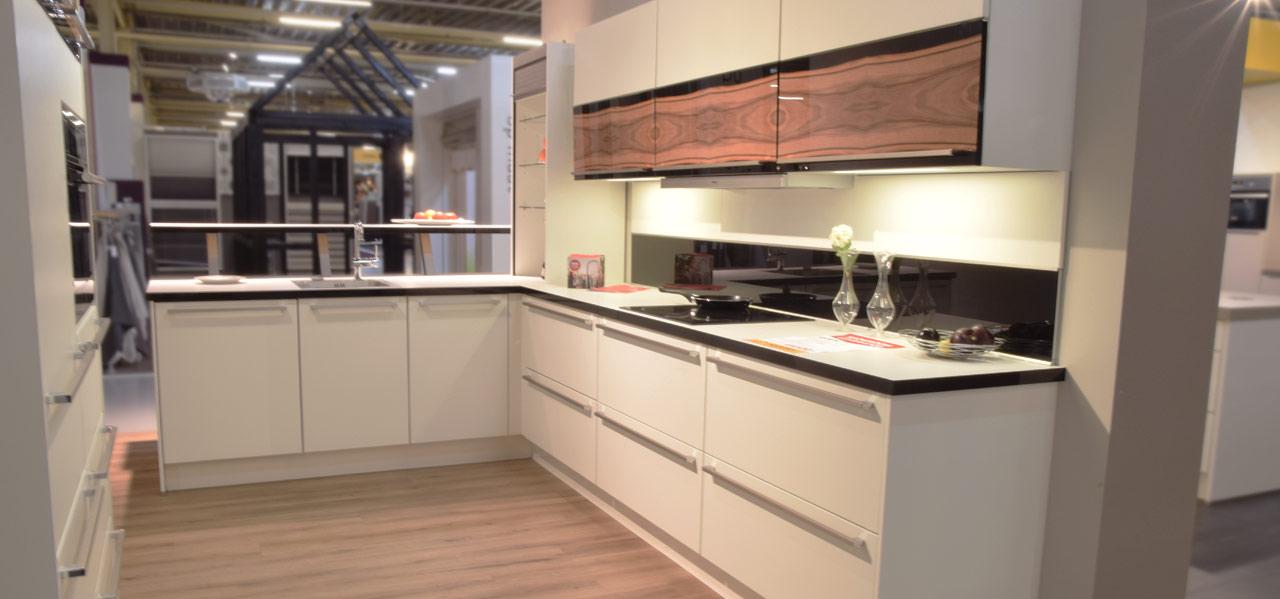 Grote keuken showroom grote keuken waar wonen leven bij elkaar komen design keukens 11 - Keuken centrum eiland ...
